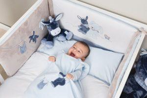 Comment installer un tour de lit dans le lit de bébé